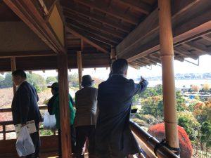 エクスカーションで千波湖の景観に感動する皆さん